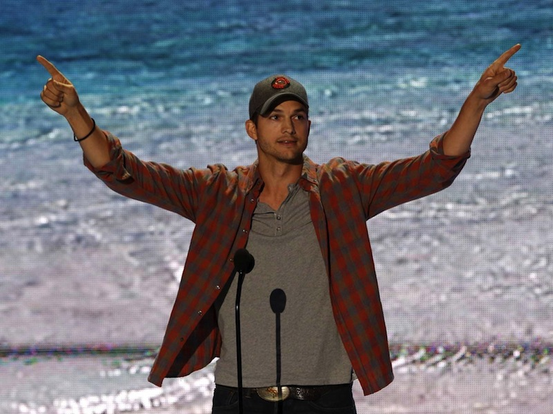 ashton-kutcher-channels-steve-jobs-in-the-best-teen-choice-awards-acceptance-speech-ever