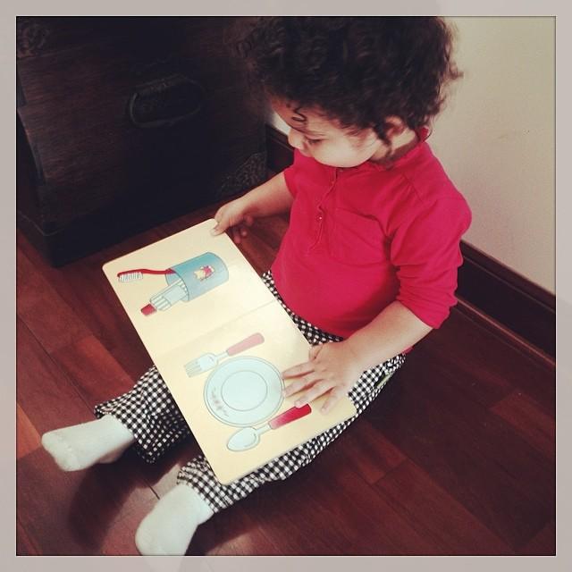 Baby V leyendo su libro