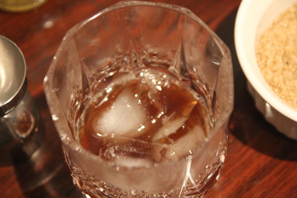 Vaso y bitters con hielo