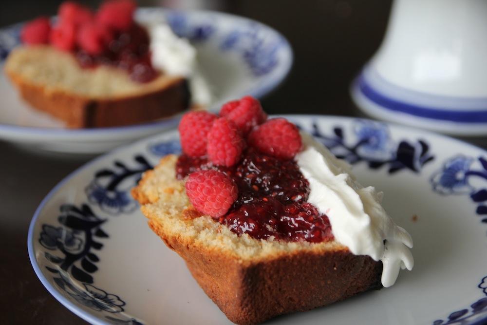 Vainilla Pound Cake frambuesas, crema y mermelada