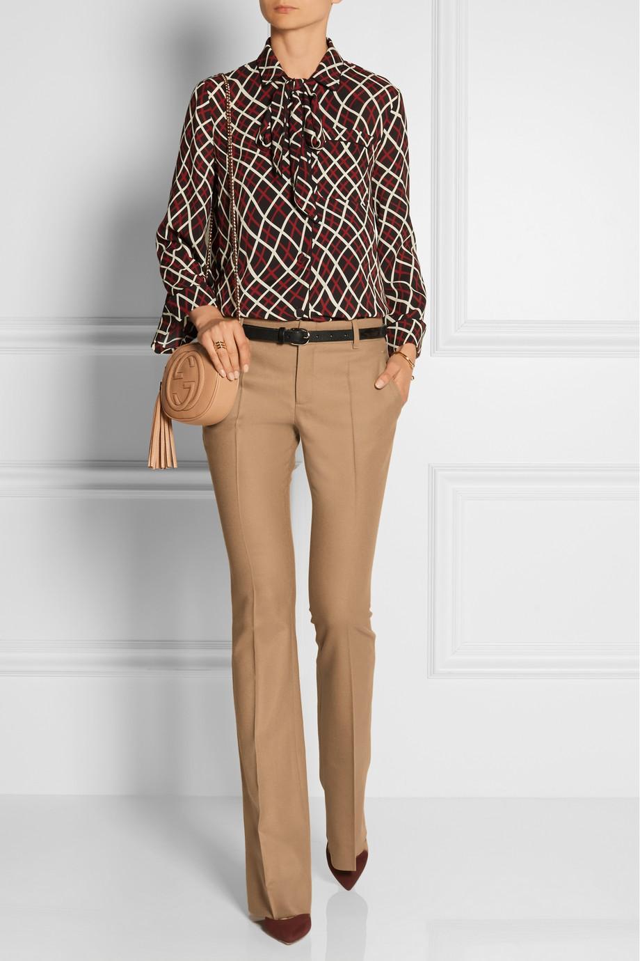 Cómo combinar un pantalon beige