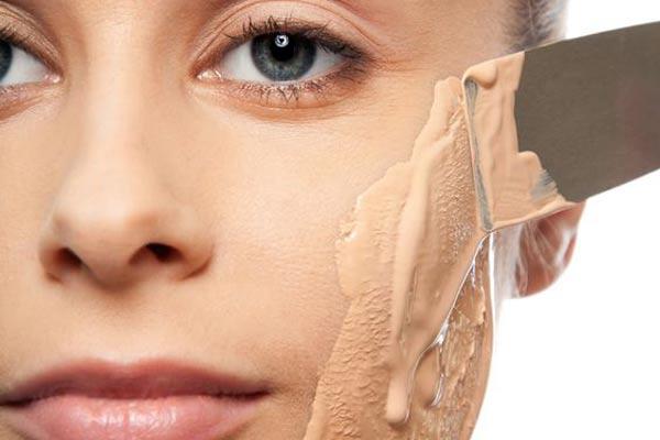 a errores del maquillaje aplicar mucha base