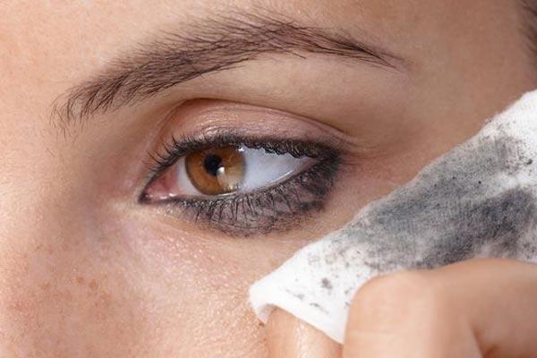 b errores del maquillaje sombra oscura o delineador en la parte de abajo