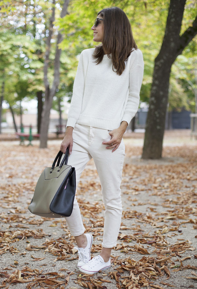 monochromatic look + white sneakers