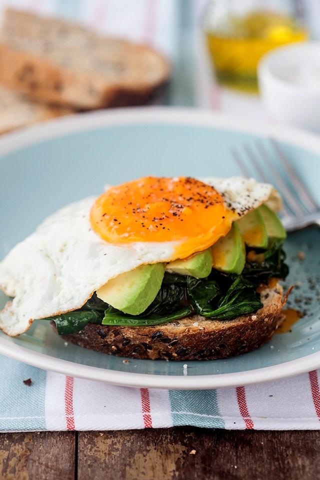 jimena agois tostada con espinacas salteadas, palta y huevo