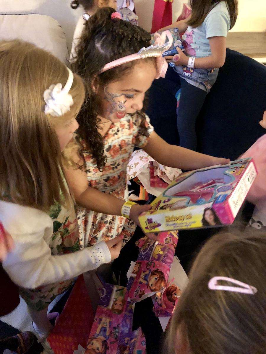 Valentina abriendo regalos