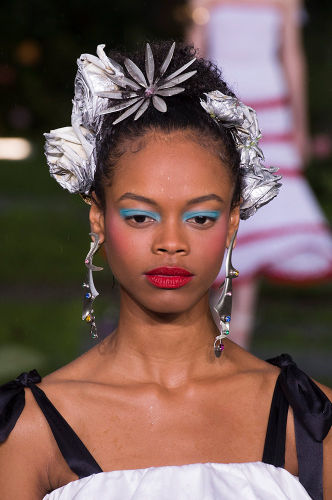 rodarte-spring-2019-beauty-flower-hair-accessories-bue-eyeshadow-red-blush-lipstick