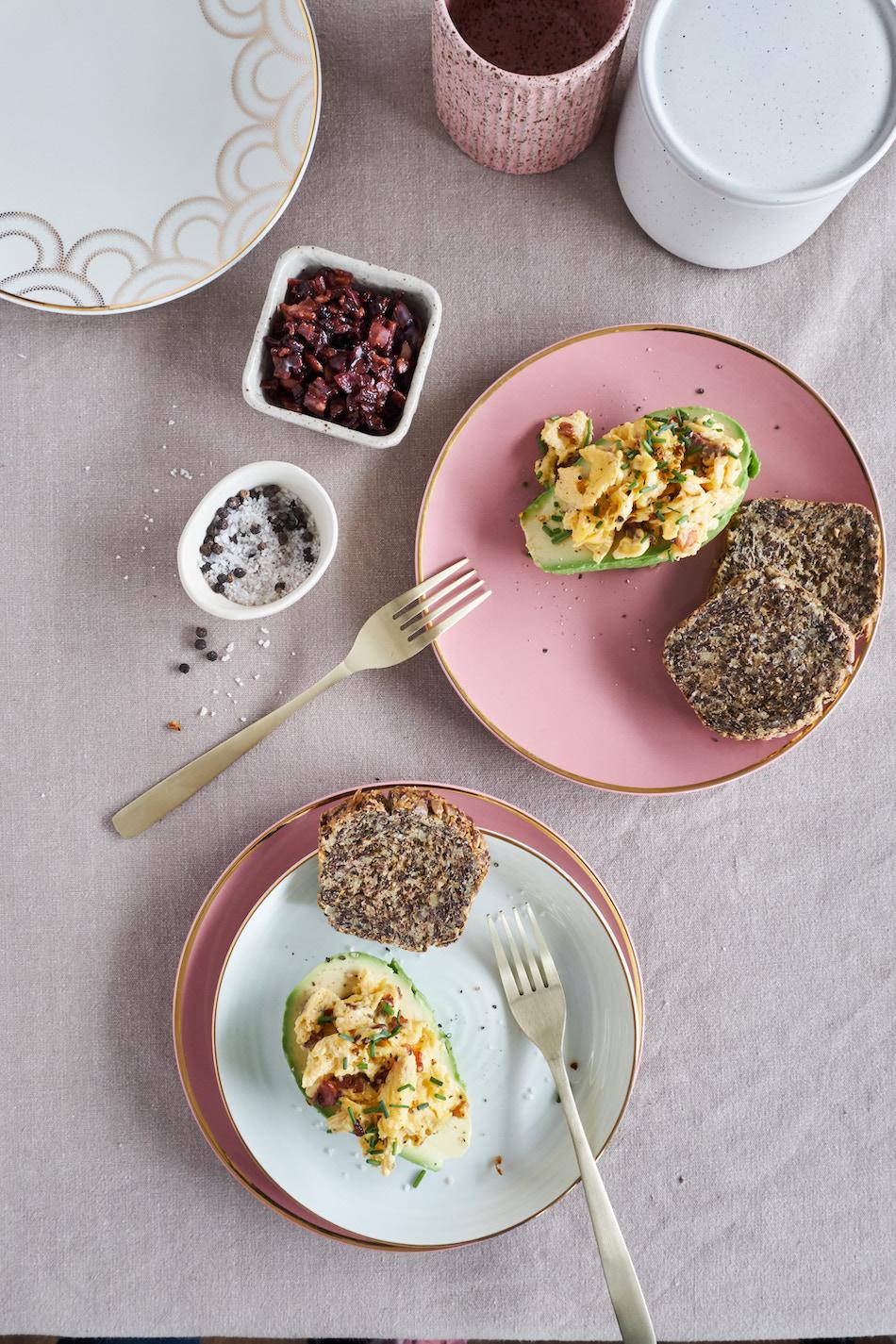 Desayuno por el día de la madre - paltas rellenas de huevo revuelto con tocino y pan de grano vegetariano