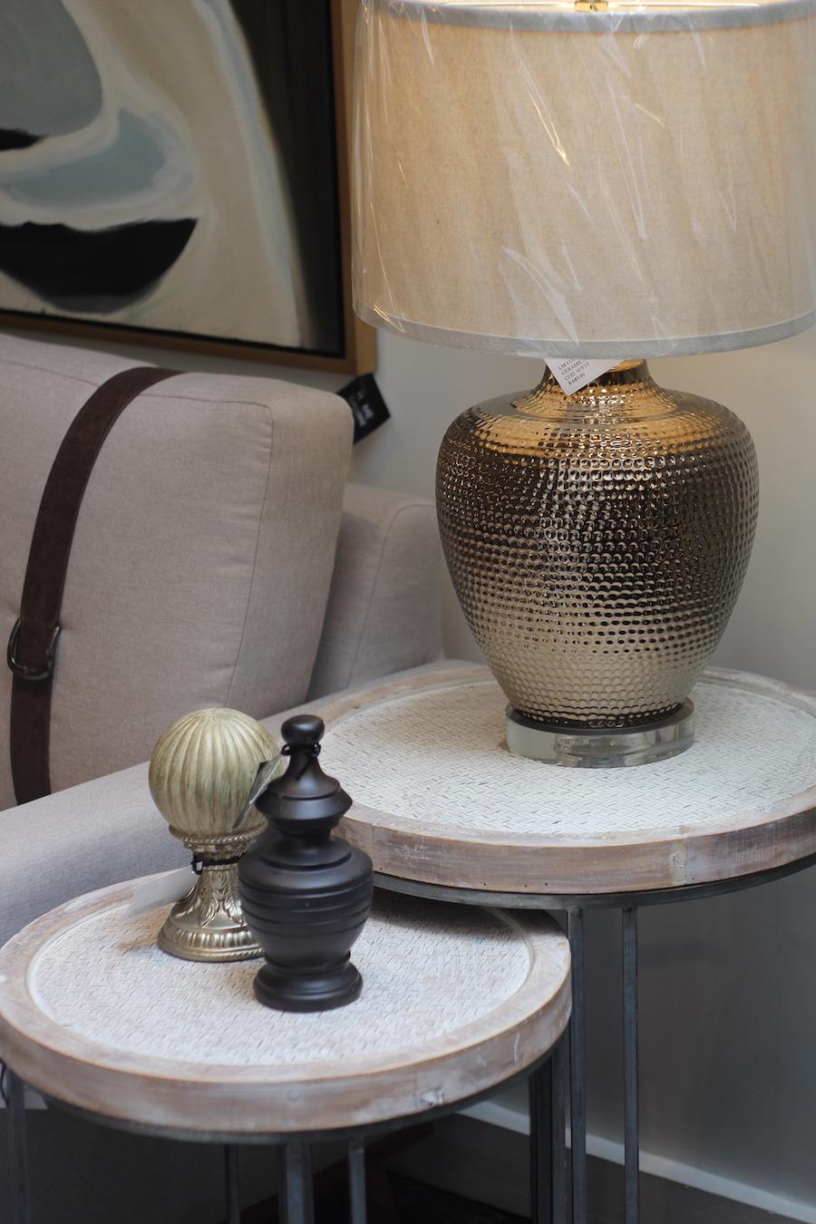 Cómo decorar con dorado y mármol blanco rústico- lámparas doradas Home Gallerie